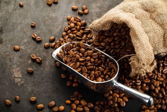 koffiebonen opgeslagen in een zak