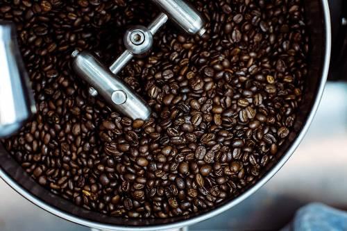 koffiebonen worden verwerkt