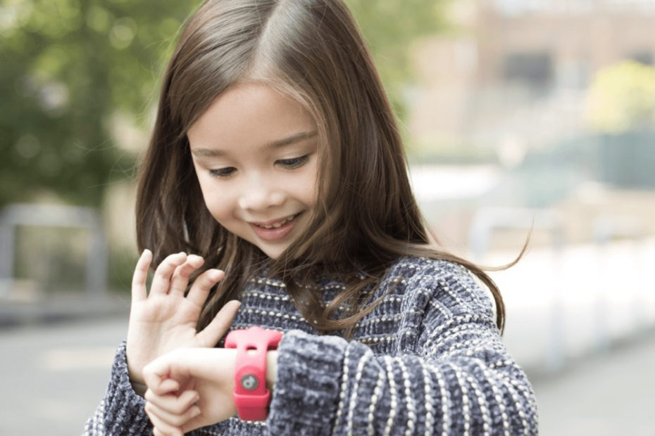 meisje draagt een gps tracker-horloge