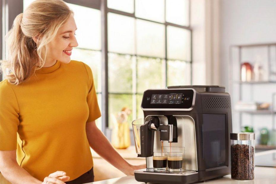vrouw met behulp van een koffiezetapparaat