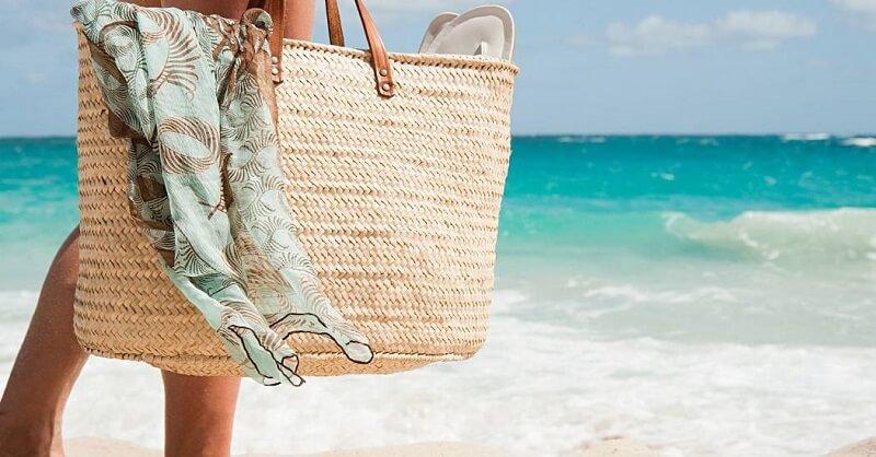 vrouw met strandtas op het strand