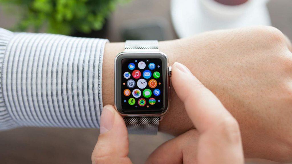 een smartwatch die zijn functies weergeeft op de wijzerplaat