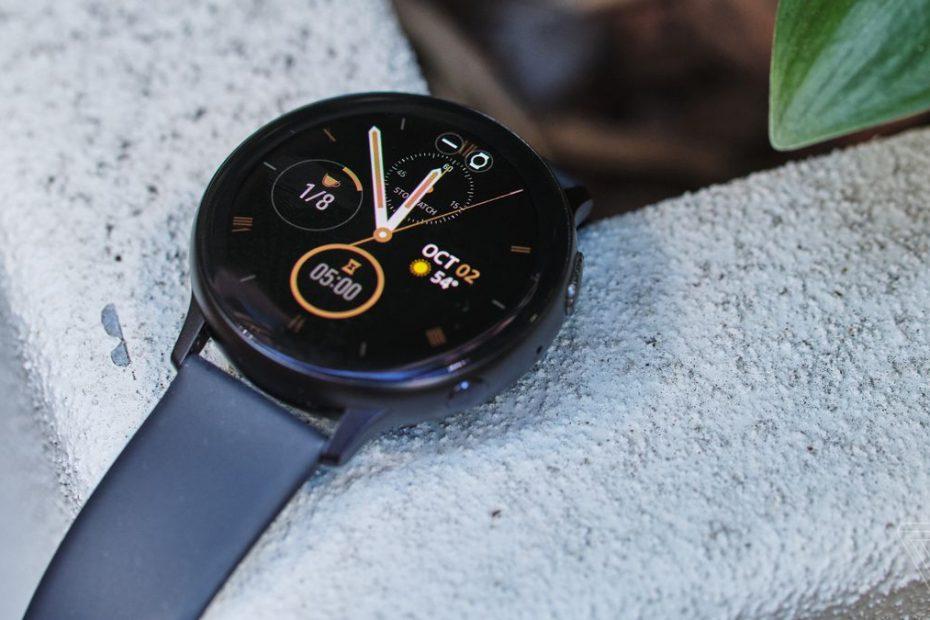 Samsung smartwatch op een aanrecht