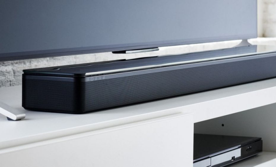 een Samsung-soundbar naast een tv