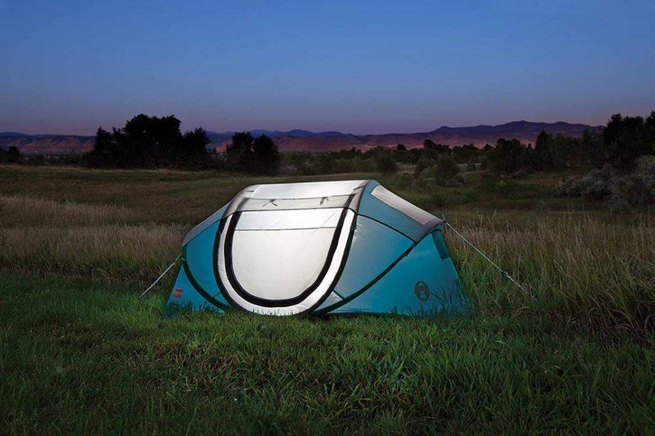 een Coleman pop-up tent opgezet in een veld