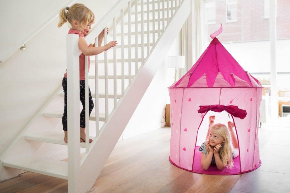 2 kinderen spelen in een roze speeltent