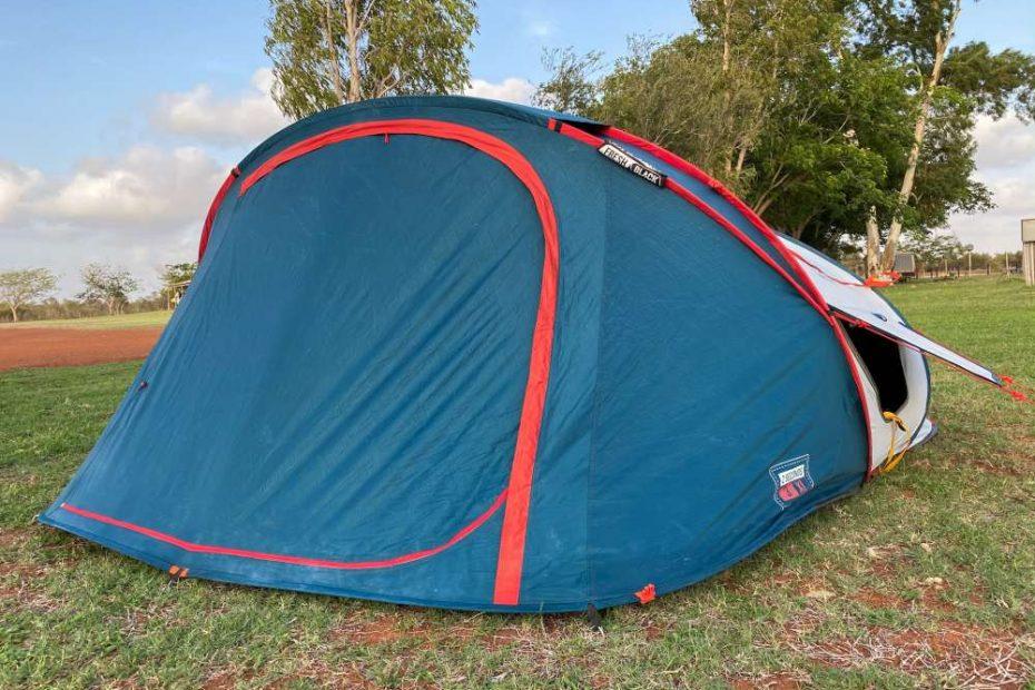 de Quechua pop-up tent opgezet op een camping