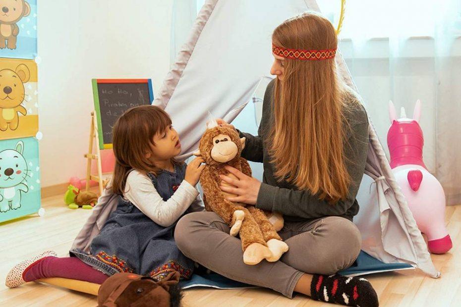 een moeder en kind spelen in een tipi-tent voor kinderen