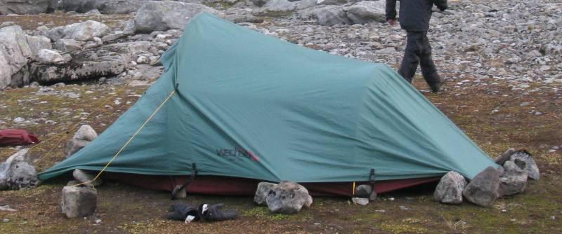 een lichtgewicht tent vastgezet met stenen in plaats van haringen
