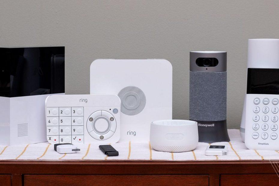een selectie van huis alarmsystemen op een tafel