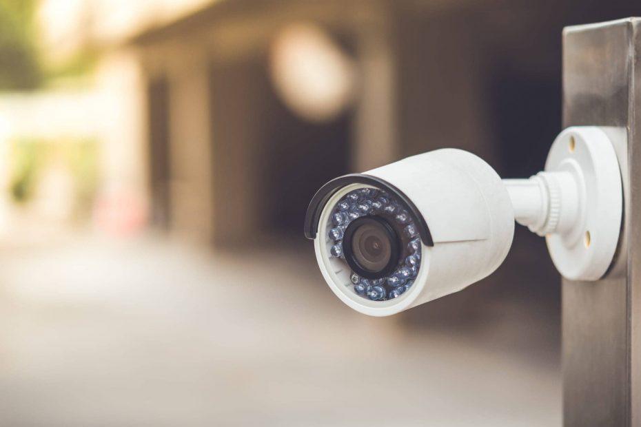 een witte dummy beveiligingscamera bevestigd aan een buitenmuur