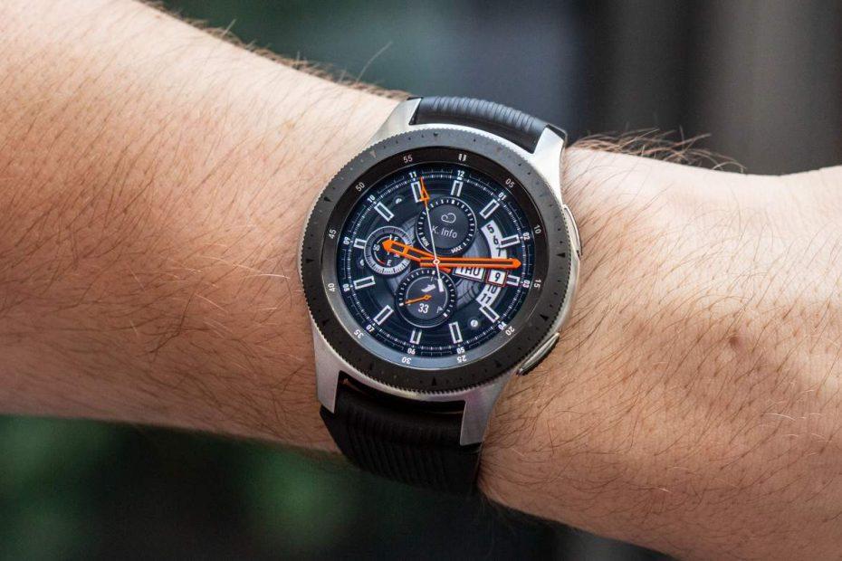 een man met de Samsung Galaxy Watch 3 om zijn pols