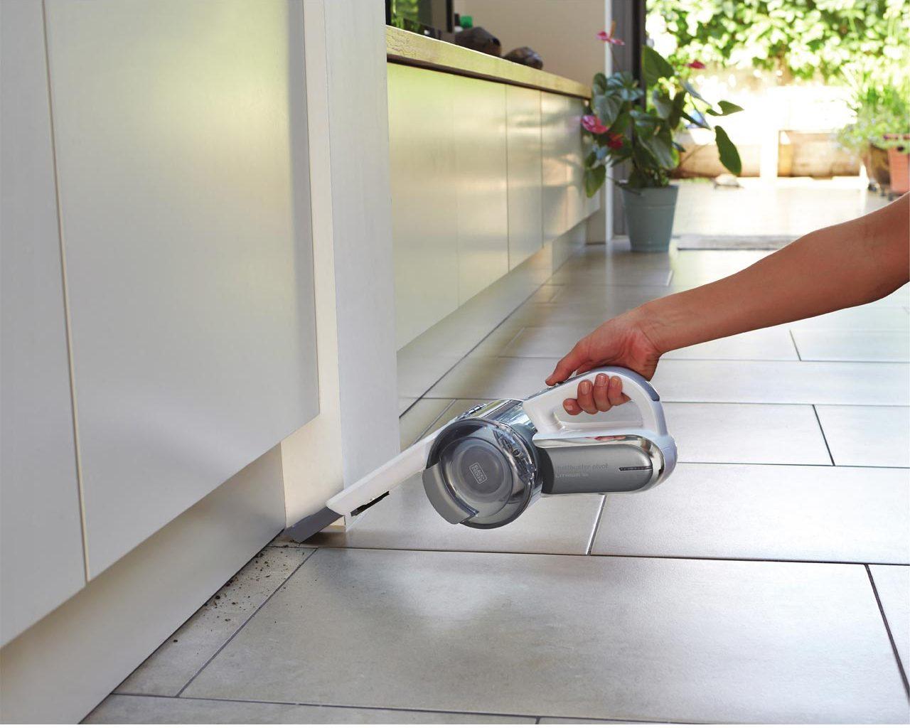 een Black + Decker kruimeldief die een keukenvloer schoonmaakt