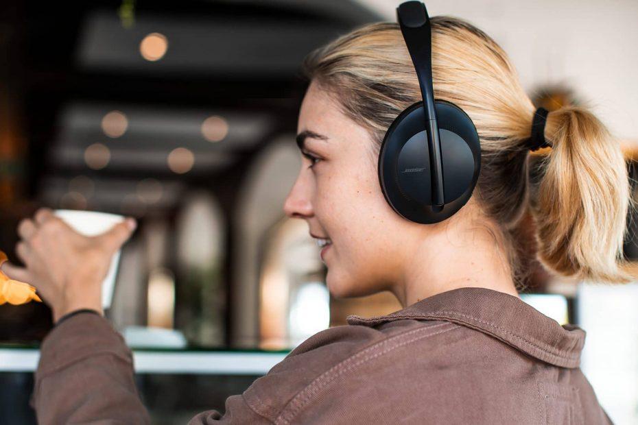 een meisje met de nieuwe hoofdtelefoon met ruisonderdrukking van Bose