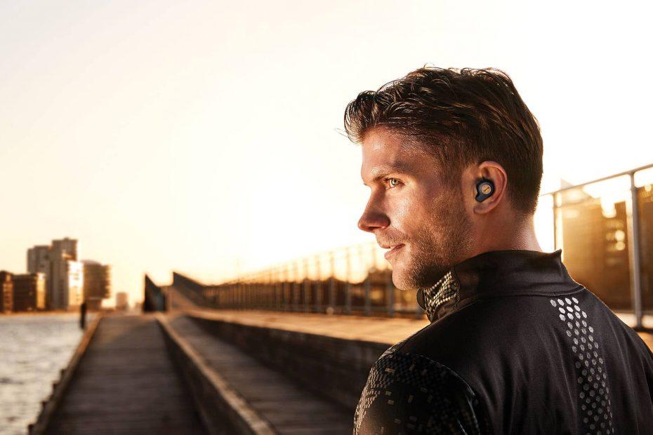 een man die buiten sport oordopjes draagt