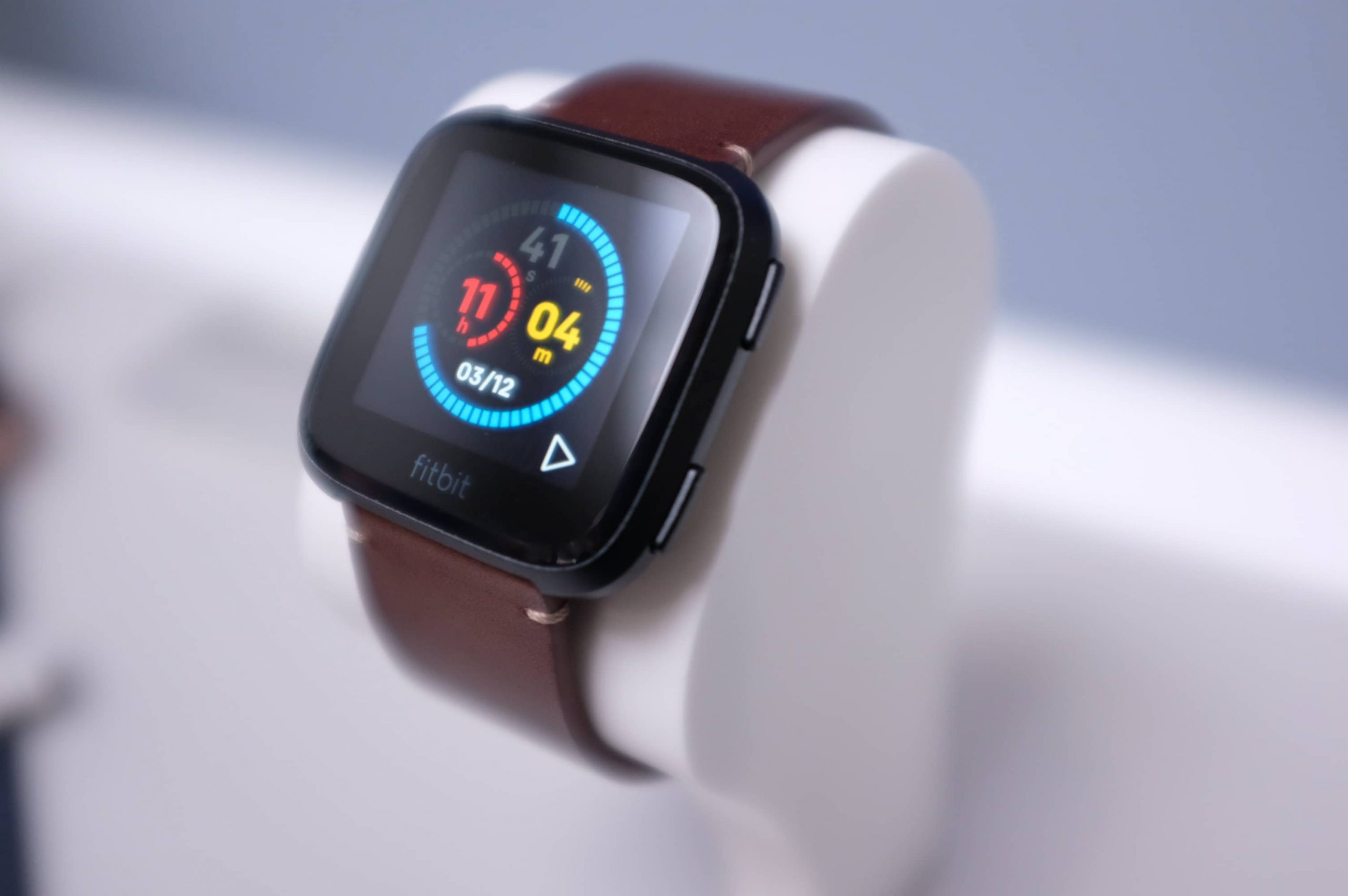 de Fitbit Versa tentoongesteld op een horlogehouder