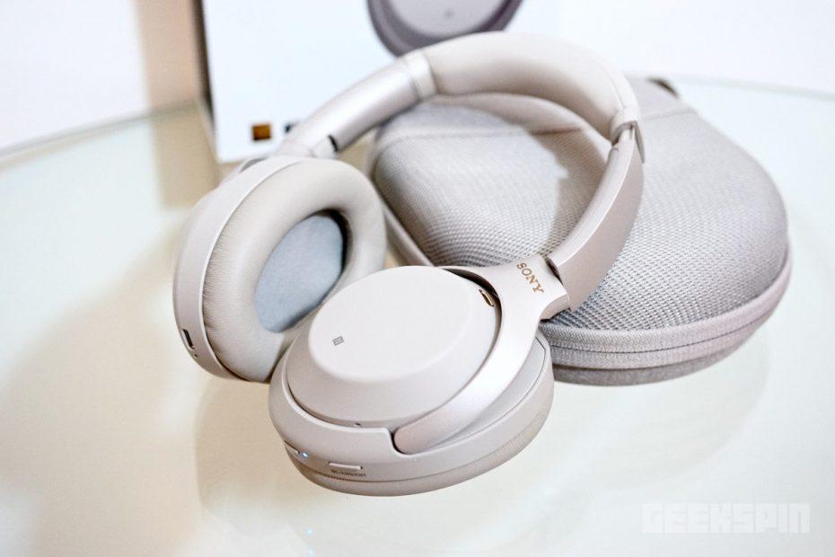 een paar gloednieuwe Sony over-ear hoofdtelefoons tentoongesteld