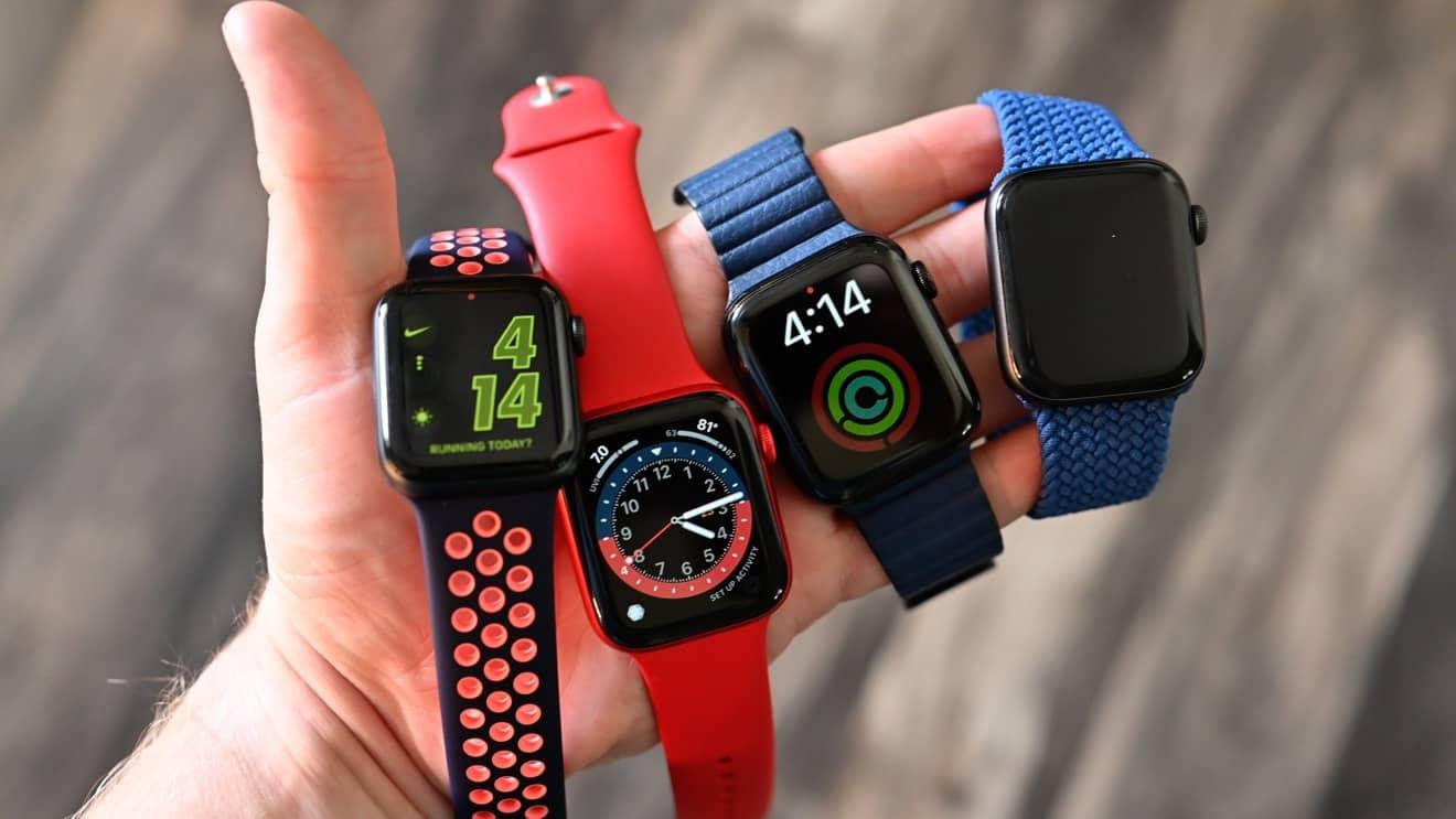 een man met 4 nieuwe Apple Watch-modellen in zijn handen